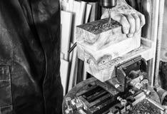 Homme de lieu de travail de charpentier à l'aide d'une foreuse à colonne sur le bois Image stock