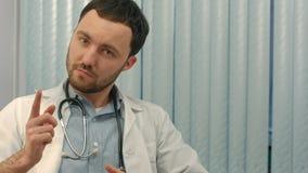 Homme de médecin vous avertissant au sujet d'une mauvaise habitude Images stock