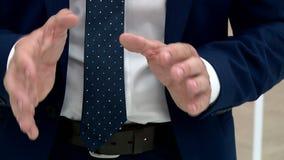 Homme de main pendant l'entrevue banque de vidéos