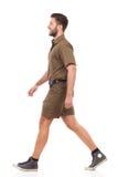 Homme de marche dans l'uniforme kaki Photo stock