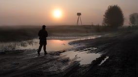 Homme de marche sur la boue image stock