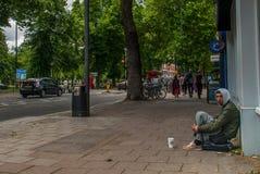 Homme de mendiant sur la rue demandant l'argent mendiants Probl?me social Question sociale image stock