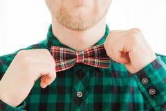 Homme de mode corrigeant le sien lien Photo stock