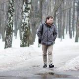 Homme de Moyen Âge en parc de neige Photographie stock