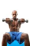 Homme de muscle tenant Dumbells image libre de droits