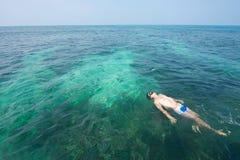 Homme de natation images stock