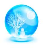 Homme de neige avec la pleine lune dans la bille en cristal bleue Photo stock