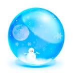 Homme de neige avec la pleine lune dans la bille en cristal bleue Photographie stock
