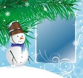 Homme de neige sous un sapin Photographie stock libre de droits