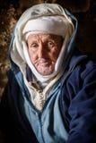 Homme de nomade vivant dans la caverne, vallée de nomade, montagnes d'atlas, Maroc Images stock