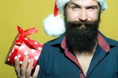 Homme de nouvelle année avec des présents photographie stock libre de droits