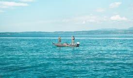 Homme de pêche, lac ou mer, sport Image libre de droits