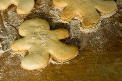 homme de pain d'épice de biscuits de panneau en bois Photographie stock libre de droits