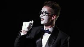 Homme de pantomime dans le texudo ondulant sa main et chutes vers le bas banque de vidéos