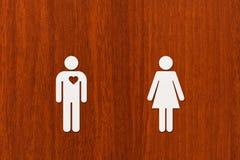 Homme de papier avec le coeur et femme Amour, concept de relation Photo stock