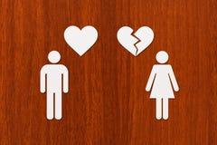 Homme de papier avec le coeur et femme avec le cassé Photographie stock