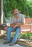 Homme de pays sur l'oscillation de porche Photos libres de droits