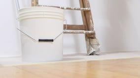 Homme de peintre au travail, repos le rouleau de peinture dans le seau clips vidéos