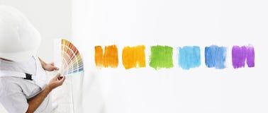 Homme de peintre avec des échantillons de couleur dans votre main, couleurs bien choisies photos libres de droits