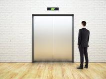 Homme de pensée regardant l'ascenseur Image libre de droits