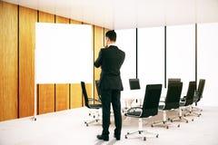 Homme de pensée regardant le tableau blanc Photographie stock libre de droits
