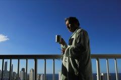 Homme de pensée supérieur au coucher du soleil Photographie stock