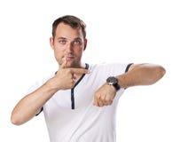 Homme de pessimiste manquant de temps regardant le sien montre Photos stock