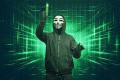 Homme de pirate informatique avec le masque de vendetta entaillant la morue binaire de sécurité des systèmes photographie stock
