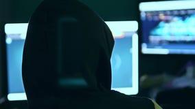 Homme de pirate informatique, essayant d'ouvrir une brèche la sécurité d'une recherche d'Internet de système informatique banque de vidéos