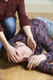 Homme de place de femme en position de rétablissement après accident photographie stock libre de droits