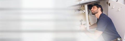 Homme de plombier réparant des tuyaux Photographie stock