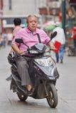 Homme de poids excessif sur un e-vélo, Pékin, Chine Image stock