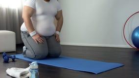 Homme de poids excessif utile allant faire des exercices physiques, désir de perdre le poids image libre de droits