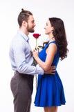 Homme de portrait étreignant l'amie tenant la rose Photos libres de droits