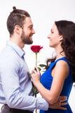 Homme de portrait étreignant l'amie tenant la rose Image libre de droits