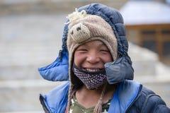 Homme de portrait dans la robe traditionnelle en Himalaya village, Népal Photographie stock