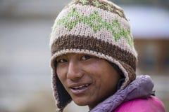 Homme de portrait dans la robe traditionnelle en Himalaya village, Népal Photos libres de droits