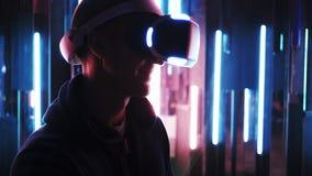 Homme de portrait dans le casque de VR mettant en rouleau les pages virtuelles banque de vidéos