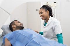 Homme de préparation professionnel médical pour le balayage de rayon X dans l'hôpital photos stock