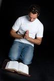 Homme de prière de bible photos stock