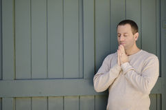 Homme de prière dehors Photos stock