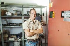 Homme de réparation d'ascenseur au travail photographie stock