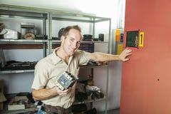 Homme de réparation d'ascenseur au travail photo stock