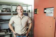 Homme de réparation d'ascenseur au travail image stock