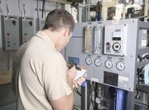 Homme de réparation de climatiseur au travail Images libres de droits