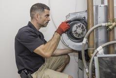 Homme de réparation de la CAHT travaillant à une pompe à chaleur images stock