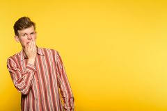Homme de répulsion de nausée de Squeamishness dégoûté Photo stock