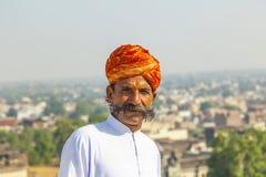 Homme de Rajasthani avec le turban orange lumineux et la moustache touffue Photos stock