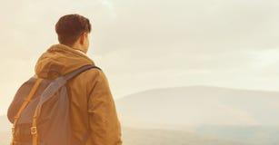 Homme de randonneur appréciant le paysage des montagnes Images stock