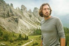 Homme de randonneur - portrait - derrière les montagnes énormes des dolomites image stock